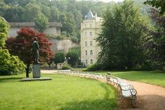 Parque del verano con la escultura del profesor. Pavlov Imagen de archivo libre de regalías