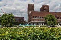Parque delante ayuntamiento en Oslo Fotografía de archivo