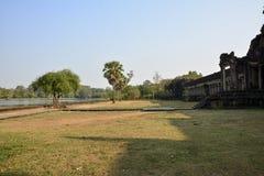 Parque delante de Angkor Wat camboya foto de archivo libre de regalías