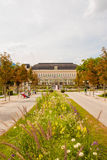 Parque delante del congreso y el Theaterhouse Kongress y el Thea foto de archivo
