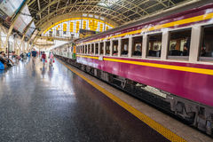 Parque diesel del tren en la espera del número de vía 6 para el pasajero en Bangkok Tailandia imagen de archivo
