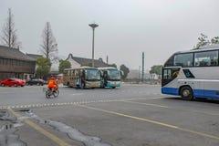 Parque do ônibus de excursão no campo do carpark para o turista na porcelana da cidade de hangzhou no dia nevoento imagem de stock royalty free