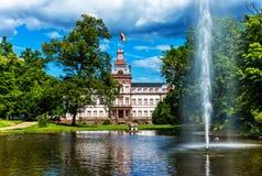 Parque do castelo de Phillipsruhe nos bancos do cano principal de rio em Hanau, Alemanha Fotos de Stock Royalty Free