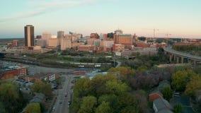 Parque do centro Richmond Virginia do beira-rio da skyline da cidade da luz da manhã video estoque