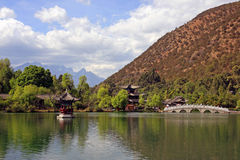 Parque do chinês tradicional com lago Foto de Stock Royalty Free