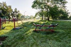 Parque do equipamento do exercício em público no nascer do sol imagens de stock royalty free
