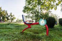 Parque do equipamento do exercício em público no nascer do sol fotografia de stock royalty free
