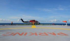 Parque do helicóptero na plataforma petrolífera Fotografia de Stock Royalty Free
