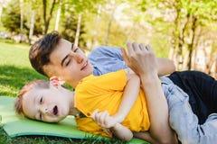 Parque do irmão do menino da grama da família feliz fotografia de stock royalty free