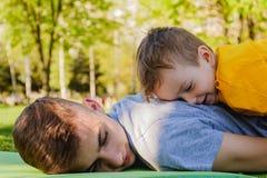 Parque do irmão do menino da grama da família recreação fotografia de stock