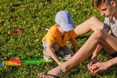 Parque do irmão do menino da grama da família verão imagem de stock royalty free
