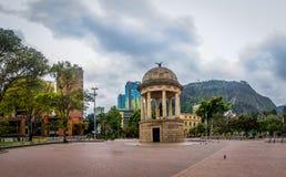 Parque do Los Periodistas e Monserrate - Bogotá, Colômbia Foto de Stock