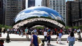 Parque do milênio de Cloudgate Bean Mirrored Sculpture Chicago Illinois video estoque