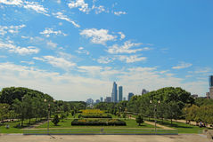 Parque do milênio e uma skyline parcial de Chicago Fotos de Stock
