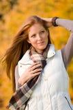 Parque do outono - forma vermelha longa da mulher do cabelo fotografia de stock