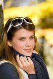 Parque do outono - mulher da forma com óculos de sol Foto de Stock Royalty Free