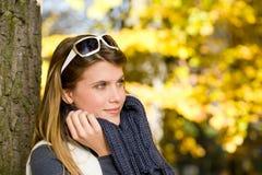 Parque do outono - mulher da forma com óculos de sol Fotos de Stock Royalty Free