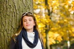 Parque do outono - mulher da forma com óculos de sol Foto de Stock