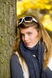 Parque do outono - mulher da forma com óculos de sol Fotografia de Stock