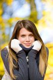 Parque do outono - mulher do modelo de forma fotos de stock royalty free