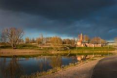 Parque do solar de Raadi ao lado do Museu Nacional estônio em Tartu, Estônia Fotografia de Stock Royalty Free