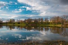 Parque do solar de Raadi ao lado do Museu Nacional estônio em Tartu, Estônia Fotos de Stock Royalty Free