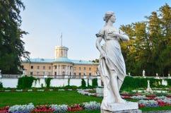 Parque do verão com esculturas fotografia de stock royalty free