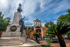 Parque Duarte i den gamla delen av Santo Domingo kallade den Zona koloniinvånaren, med kolonial byggnad i bakgrund Arkivbild