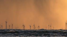 Parque eólico costero durante puesta del sol en el mar Báltico almacen de metraje de vídeo