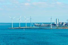 Parque eólico costero en el mar Báltico Imagenes de archivo