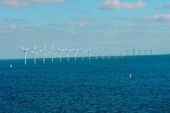 Parque eólico costero en el mar Báltico Foto de archivo