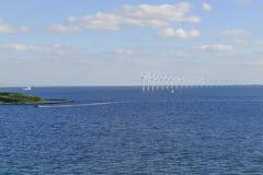 Parque eólico costero en el mar Báltico Fotos de archivo libres de regalías