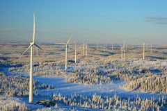 Parque eólico de Björkhöjden de la altura Foto de archivo libre de regalías