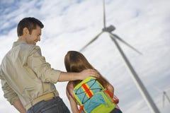 Parque eólico de Embracing Daughter At del padre Imagen de archivo libre de regalías
