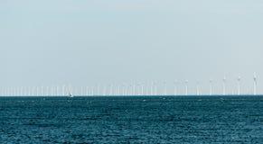 Parque eólico de Noordoostpolder con 86 turbinas de viento Fotos de archivo libres de regalías