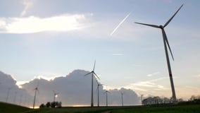 Parque eólico en un cielo hermoso metrajes