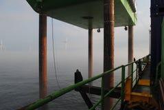 Parque eólico a poca distancia de la costa Imágenes de archivo libres de regalías