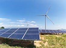 Parque eólico y central eléctrica fotovoltaica Fotografía de archivo libre de regalías