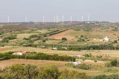 Parque eólico y granjas en Vila do Bispo imagen de archivo