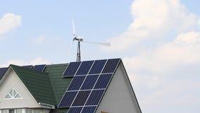 Parque eólico y los paneles solares instalados en la casa almacen de video