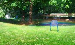 Parque e arco-íris do verão de espirrar o irrigat automático da água Fotografia de Stock Royalty Free