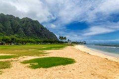 Parque e cordilheira da praia de Kualoa na ilha de Oahu foto de stock royalty free