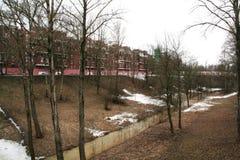 Parque e ravina em Kronstadt, Rússia no dia nebuloso do inverno Fotografia de Stock