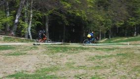 Parque en declive y a campo través de la bici de montaña de Pohorje de la bici almacen de video