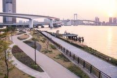Parque en la bahía de Tokio delante del puente del arco iris foto de archivo