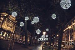 Parque en la ciudad grande - instinto de la Navidad imagen de archivo