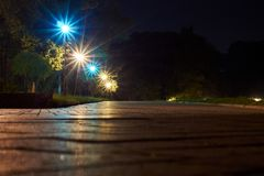 Parque en la noche con las lámparas Fotos de archivo libres de regalías