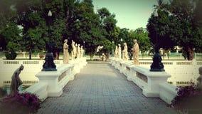 parque en Tailandia con las estatuas fotos de archivo