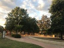 Parque entre los árboles fotos de archivo