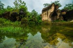 Parque exterior da natureza com água da lagoa no lugar de trabalho antigo do monte da mineração da pedra calcária no kapur do buk Imagem de Stock